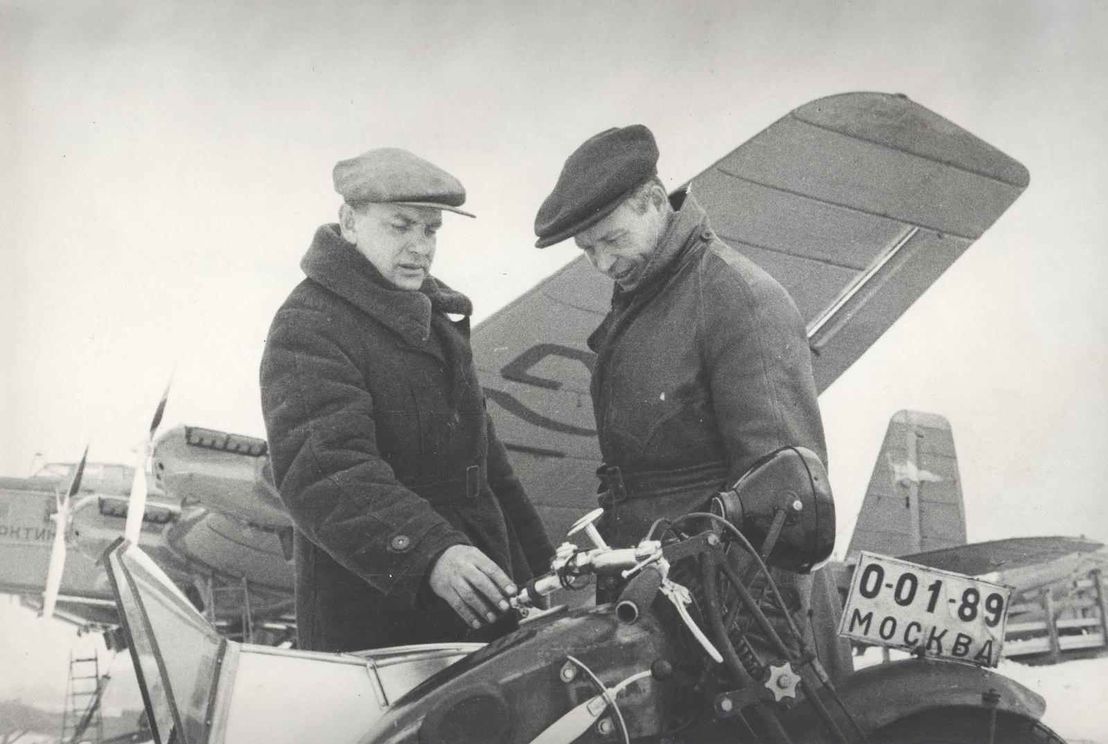 1934. Участники экспедиции по спасению челюскинцев. Летчик Молоков В.С.