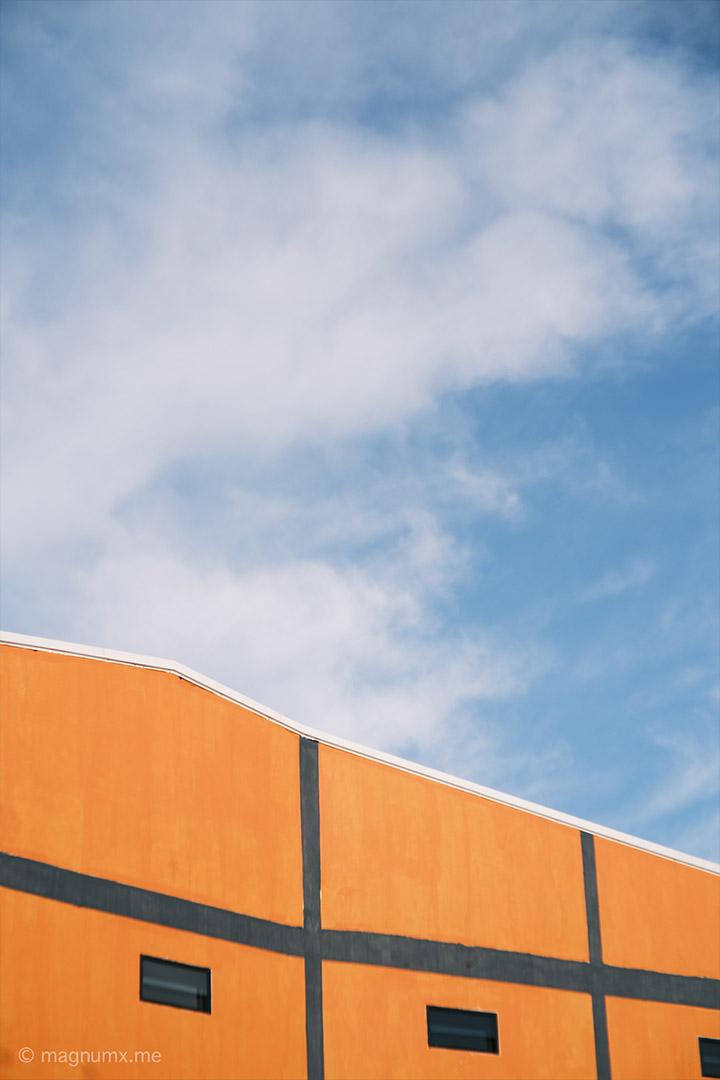 ภาพถ่ายวิวอาคารสีส้ม เลนส์ Kamlan 50mm f1.1 กล้อง Fujifilm X-E4