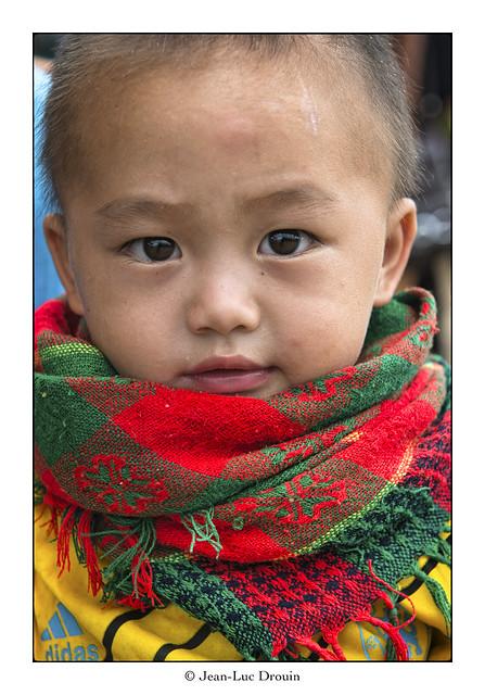 L'enfant au foulard coloré