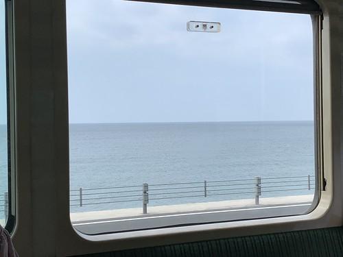 江ノ電車内から眺める海