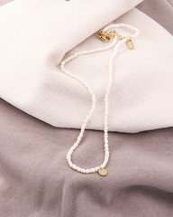 ...? 🌊 Unsere wunderschöne 'Seaside' Halskette mit kleinen echten Perlen und goldenem Plättchen ist ein süßes, sommerliches Accessoire, das voll im Trend liegt und super zu anderen Ketten passt! 😍 Wie gefällt euch die Kette?  #seas