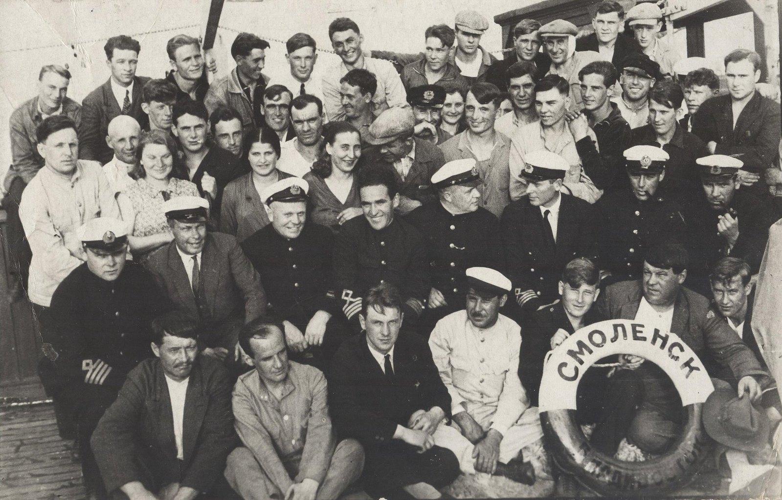 1934. Участники экспедиция по спасению челюскинцев на борту судна «Смоленск». Владивосток