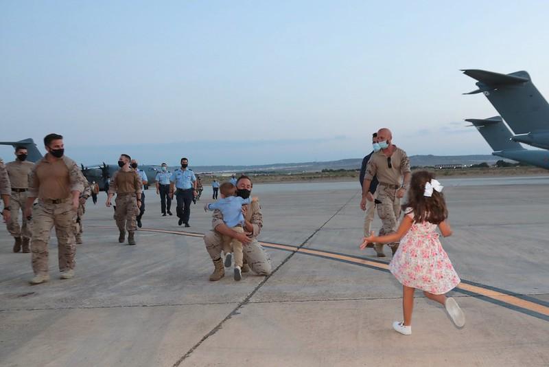 España recibe en Zaragoza a sus militares que llegan de Afganistán