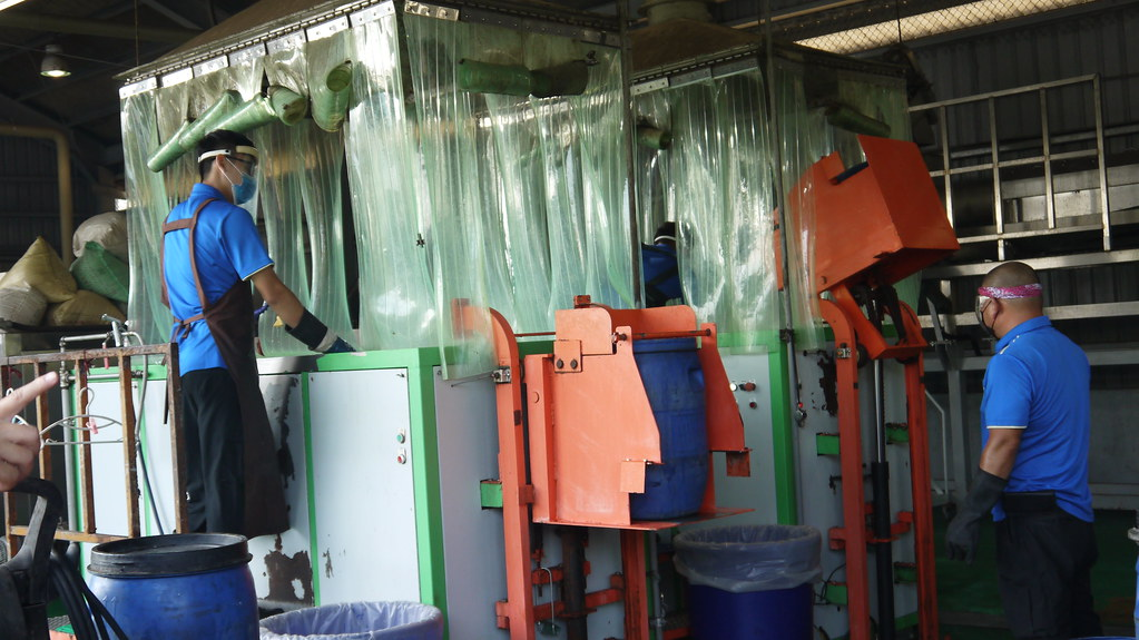 20210828新竹市高效廚餘處理廠。混雜於廚餘內的垃圾等雜質仍須透過人工挑除。黃思敏攝
