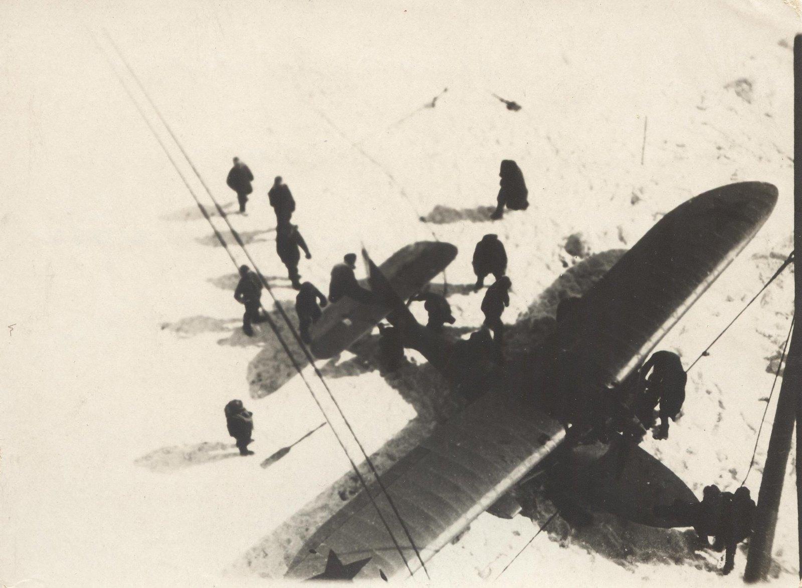 1934. Экспедиция по спасению челюскинцев. Спуск самолета-амфибии