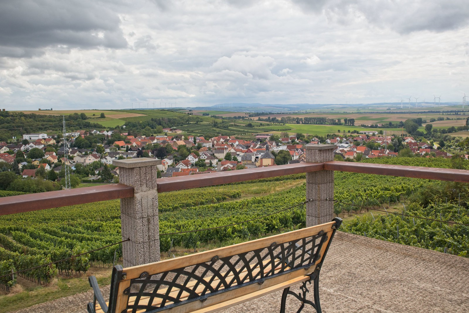 Blick vom Schildbergturm auf Sulzheim, Donnersberg am Horizont