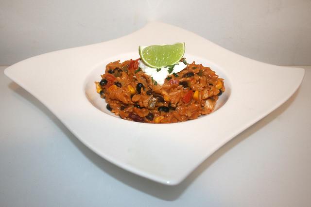 36 - Enchilada orzo with black beans,  goat cream cheese & chicken - Side view / Enchilada-Orzo mit schwarzen Bohnen, Ziegenfrischkäse & Hähnchen - Seitenansicht