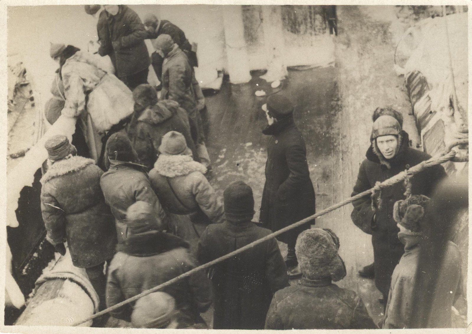 1934. Экспедиция по спасению челюскинцев. Летный состав отправляется на берег к своим самолетам