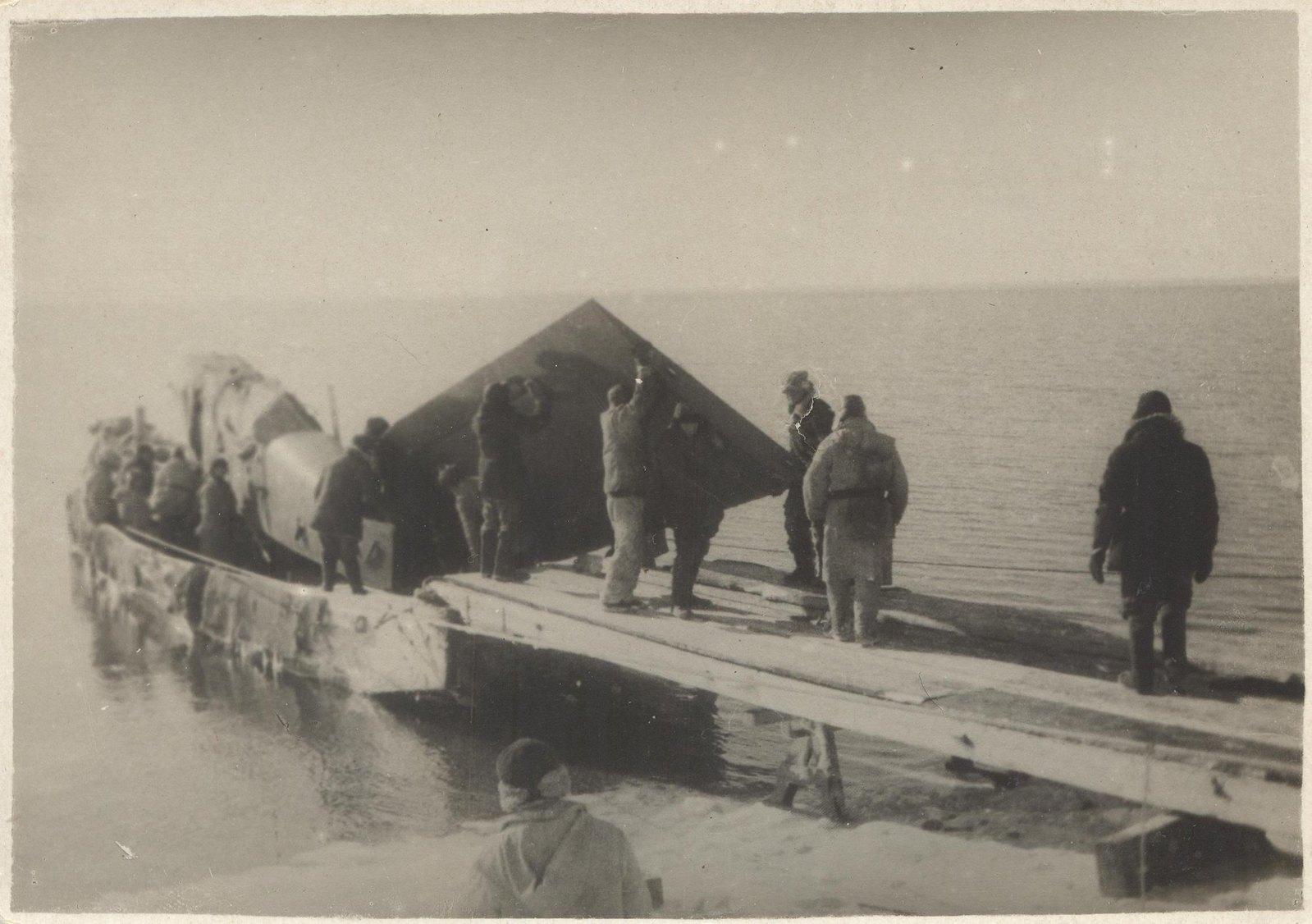1934. Экспедиция по спасению челюскинцев. Выгрузка сборных частей самолета