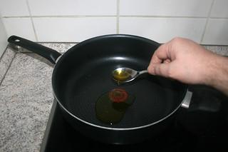 06 - Heat oil in pan / Öl in Pfanne erhitzen