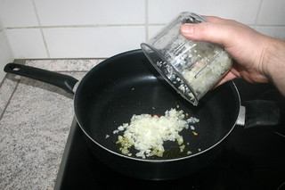 11 - Put diced onion in pan / Zwiebelwürfel in Pfanne geben