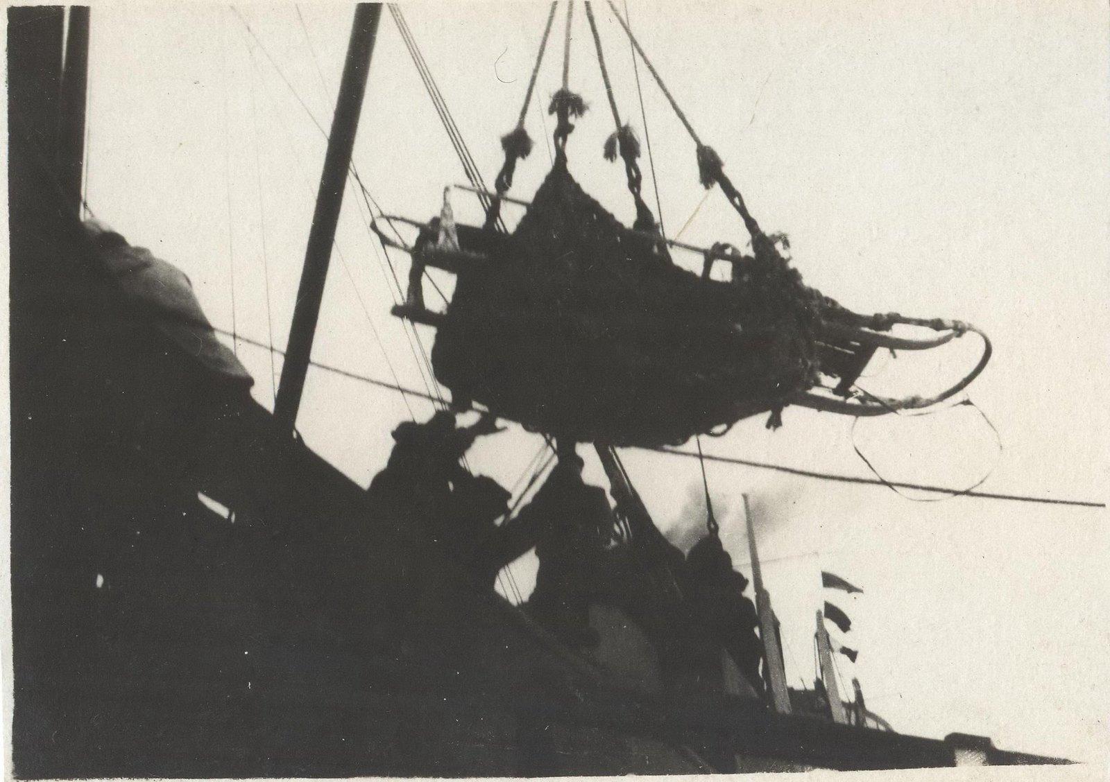 1934. Экспедиция по спасению челюскинцев. Погрузка на борт «Смоленска» больных челюскинцев.