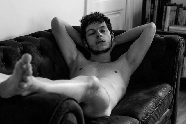 Gaétan se détend sur le canapé.