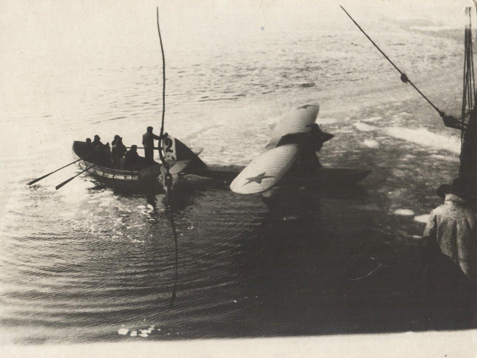 1934. Экспедиция по спасению челюскинцев. Спуск на воду самолета-амфибии