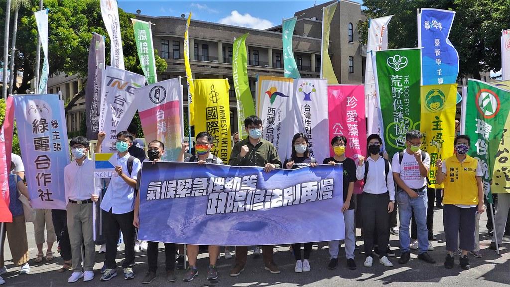 環保團體今(31日)於行政院外舉行記者會,呼籲行政部門加速《氣候法》修法程序。孫文臨攝