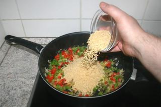 19 - Put uncooked orzo in pan / Ungekochte Orzo in Pfanne geben