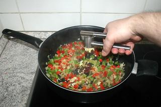 17 - Squeeze garlic in pan / Knoblauch in Pfanne pressen