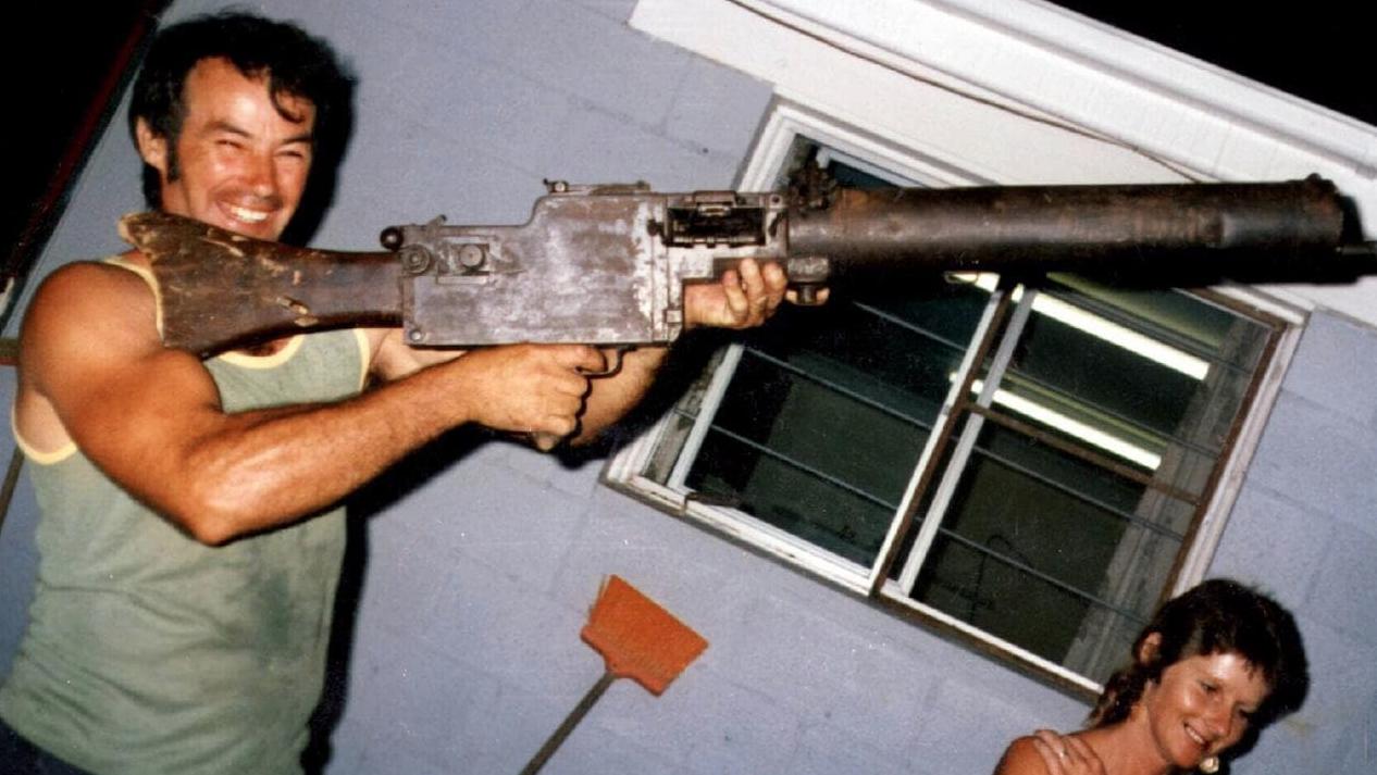 Милат в 1983 году с оружием Первой Мировой войны