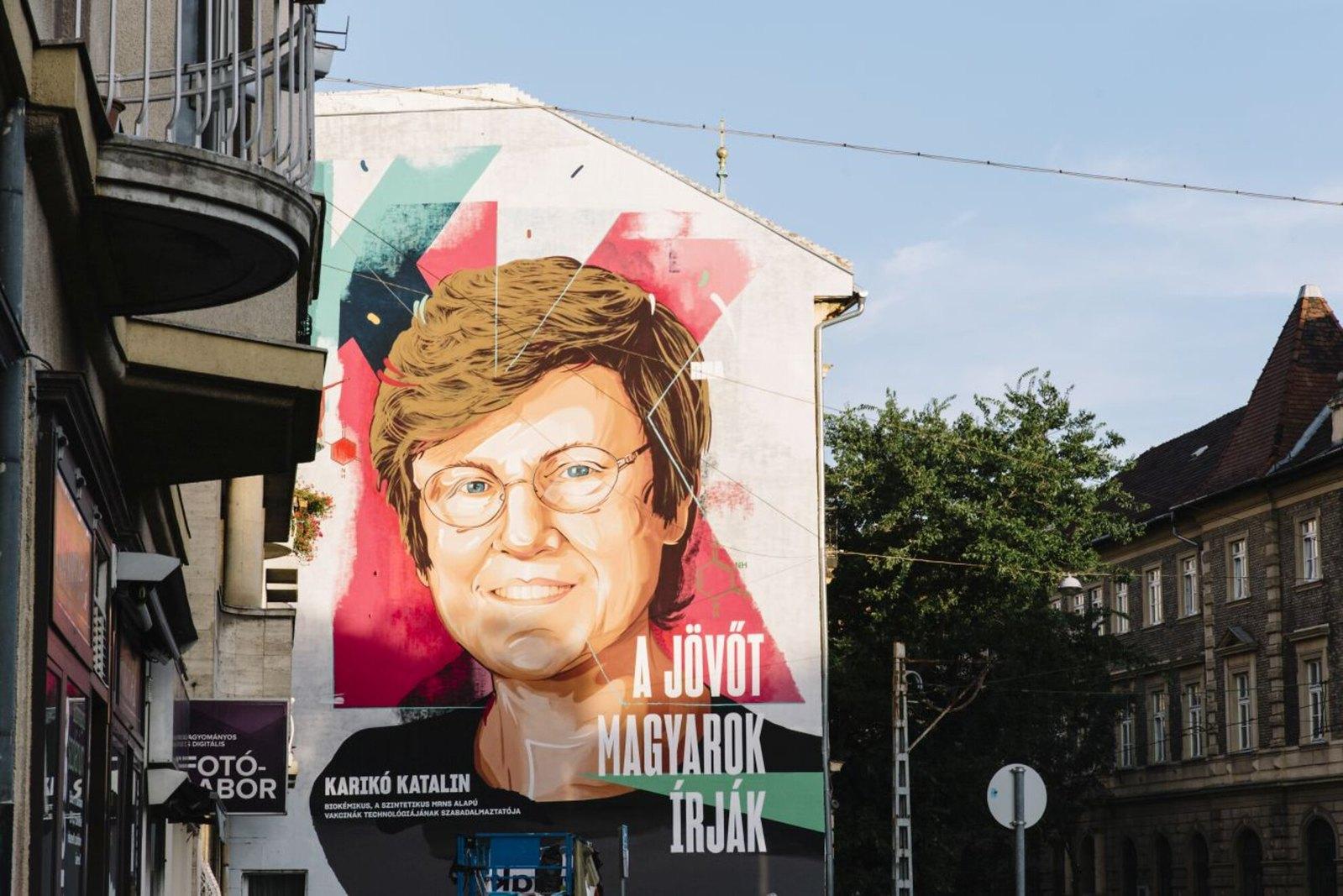 Elkészült a Karikó Katalint ábrázoló tűzfalfestmény Budapesten