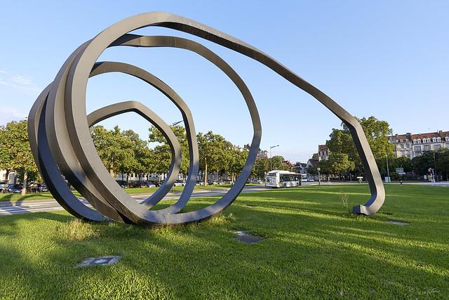 Place de Bordeaux à Strasbourg - Lignes indéterminées - sculpture de Bernar Venet