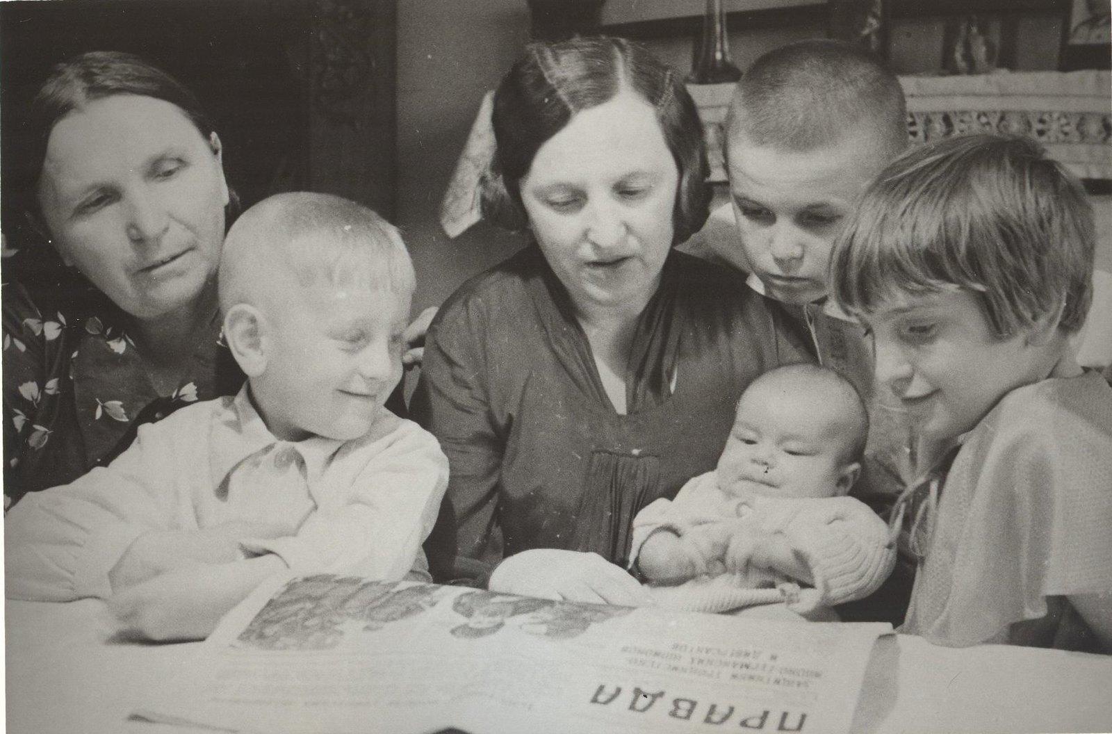 1934. Семья летчика Михаила Васильевича Водопьянова