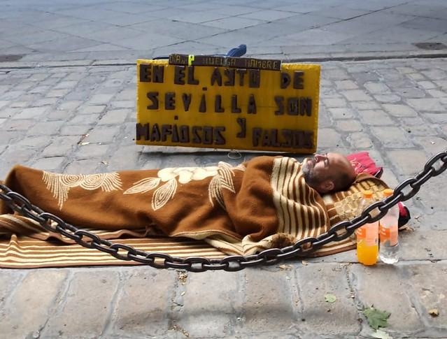 Jesús Moreno Naranjo durmiendo en la calle durante su manifestación