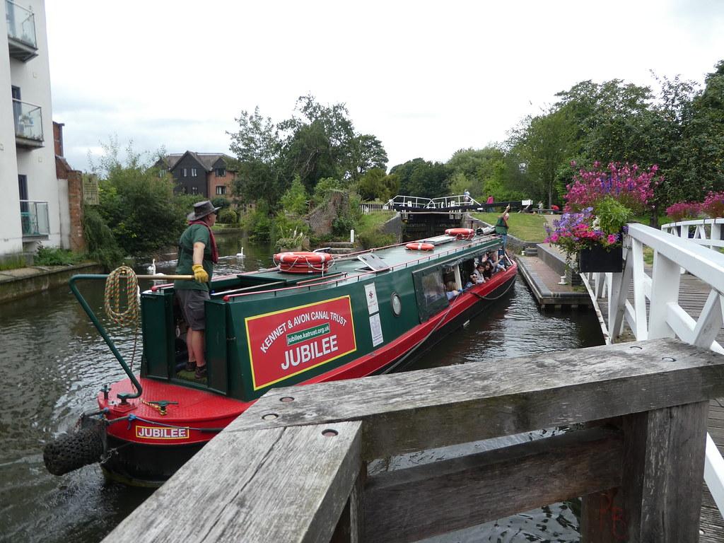 Jubilee tour boat entering Newbury Lock