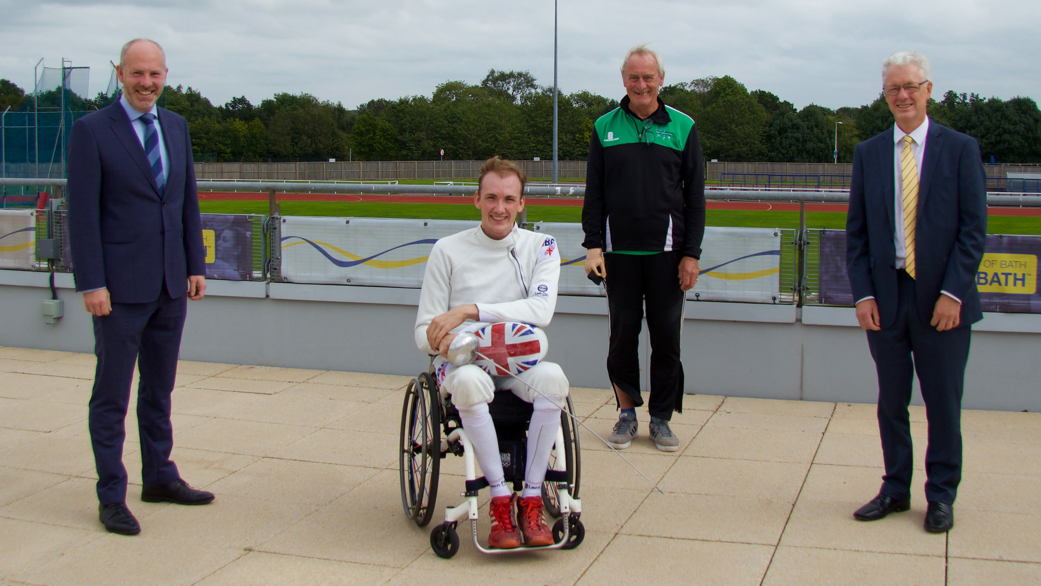 (左起)议员贾斯汀·汤姆林森, 残疾人国务部长, 残奥会冠军皮尔斯·吉利弗, 浴剑俱乐部教练罗伯·布鲁尼格斯和伊恩·怀特教授, AG亚洲游戏副校长