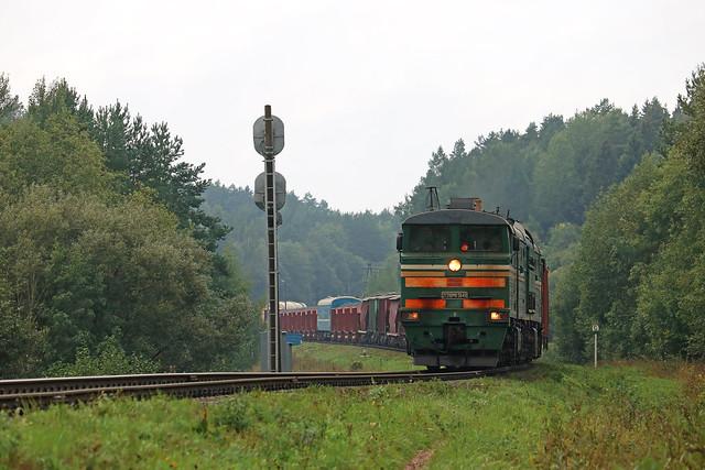 Тепловоз 2ТЭ10МК-3649 с грузовым составом на перегоне Медведка/Лучёса.