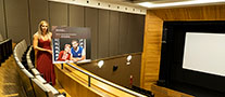 La foto muestra a la concejala en la sala Ermua Antzokia