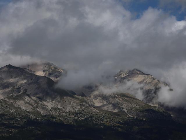 Une photo de montagne avec des nuages accrochés au-dessus de l'Obiou