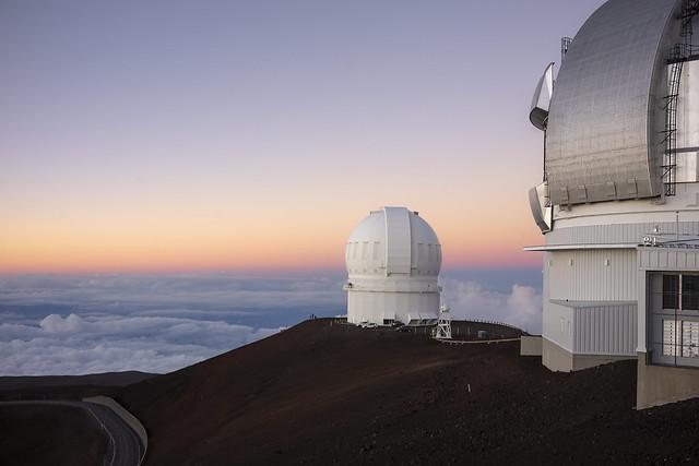 érben a Hawaii Egyetem 2.2 m-es teleszkópja, Mouna Kea, Hawaii (forrás. Flickr)