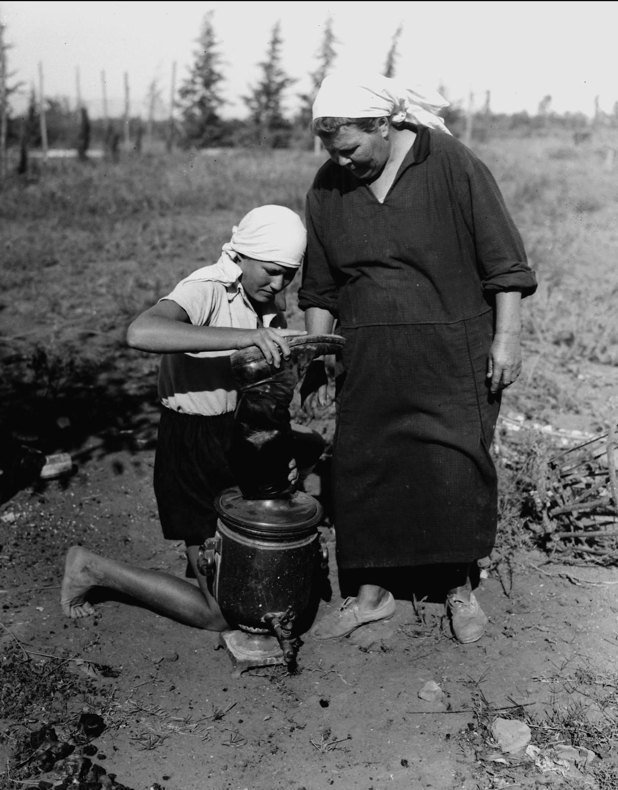 04. Жена и дочь с русским самоваром