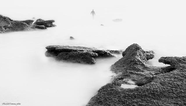 Strange walk on a shore - Extraño paseo sobre una orilla