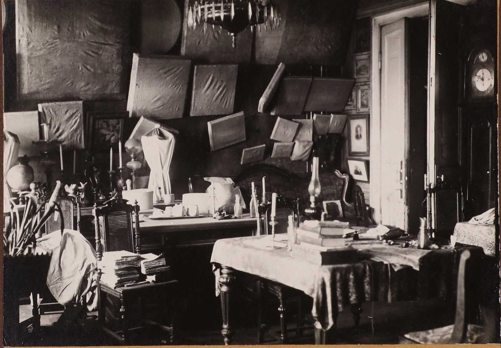 Фотографии кабинета Егора Егоровича Егорова в московском доме в Салтыковом переулке, сделанные после его убийства