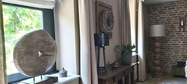 Woonkamer landelijk sober ingericht schoonmetselwerk balusterlamp