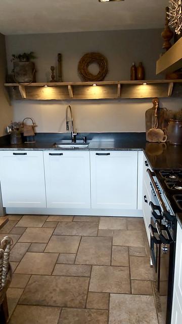 Witte landelijke keuken houten plank met verlichting landelijke keuken accessoires