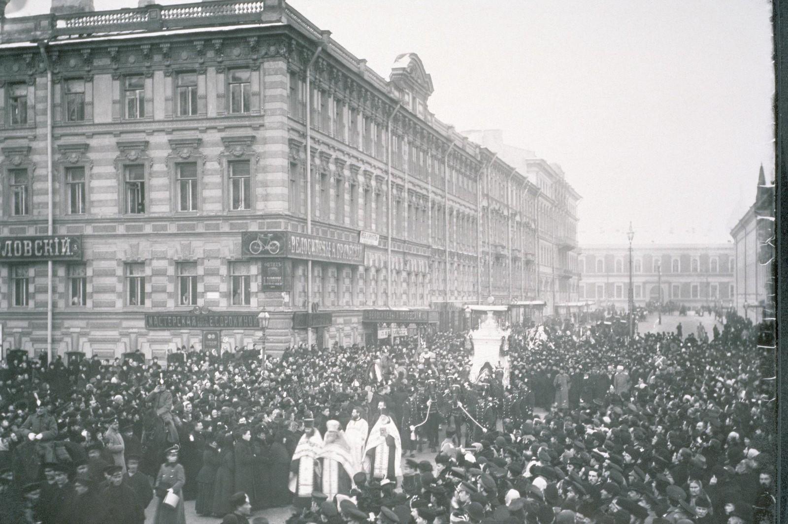 1893. Огромная толпа принимает участие в похоронном шествии русского композитора Чайковского