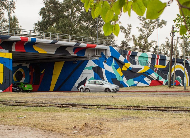 El puente sobre la Avenida Vélez Sársfield se destaca a puro color