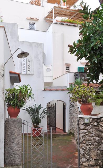 Dans les rues du village, maisons et terrasses, Capri, Campanie, Italie.