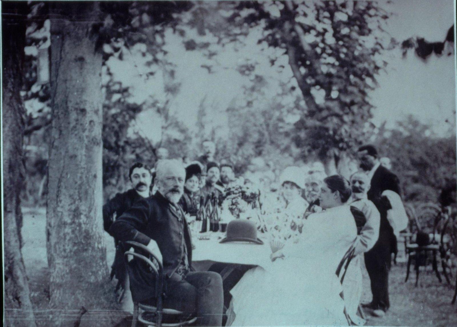 1889. П.И. Чайковский на обеде в загородном саду.Тифлис. 30 апреля