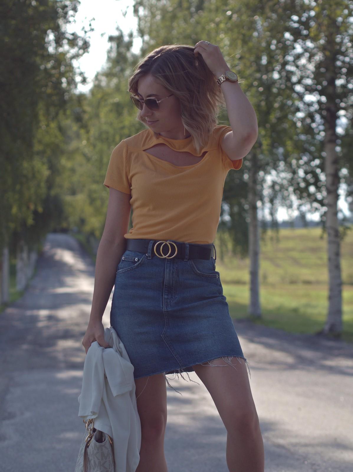 farkkuhame ja keltainen paita