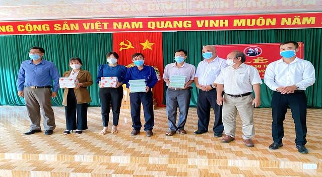 Tổ chức đoàn công tác nắm tình hình xã kết nghĩa trong dịp Quốc khánh 2/9 và dự Lễ khai giảng, trao quà cho học sinh năm học 2021-2022