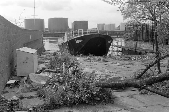 Barge, Buffalo, Dock, Broomhouse Lane, Fulham, Hammersmith & Fulham, 1991, 91-4b-56