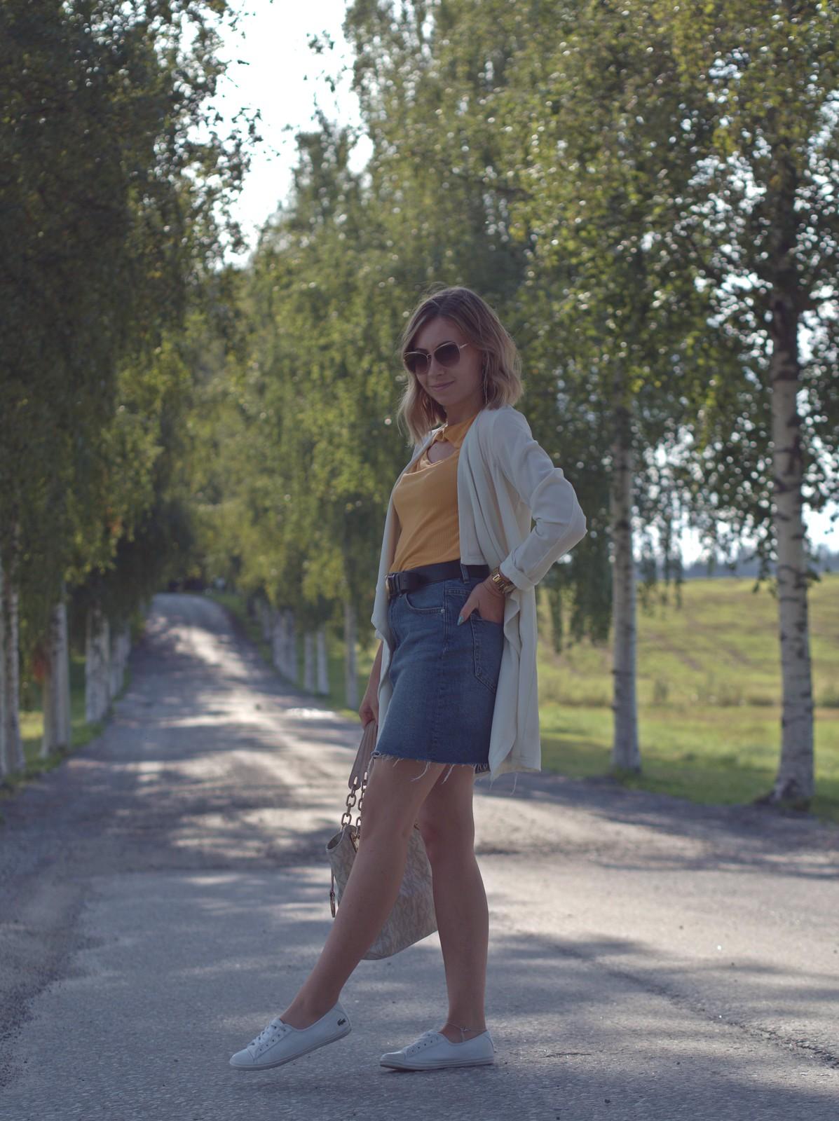 keltainen paita ja farkkuhame
