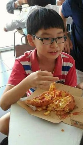 Youngbrother eat pizza
