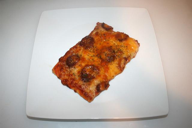 Sucuk onion pizza - Served / Sucuk-Zwiebel-Pizza - Serviert