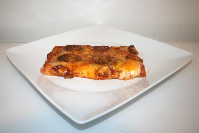 Sucuk onion pizza - Side view / Sucuk-Zwiebel-Pizza - Seitenansicht
