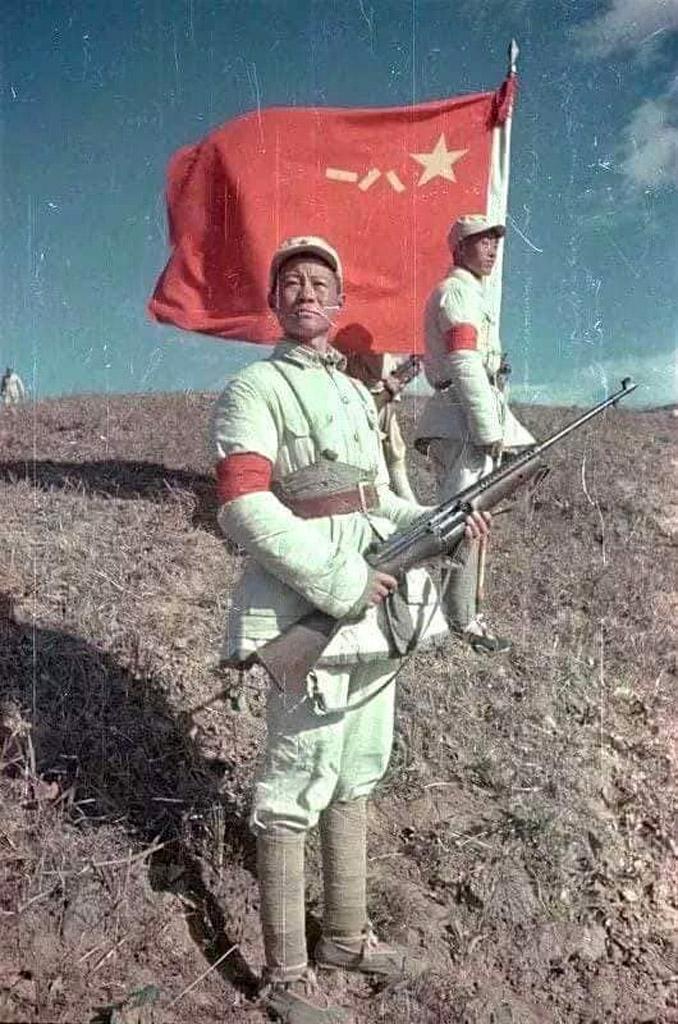 Боец Народно-освободительной армии Китая (НОА) у боевого знамени
