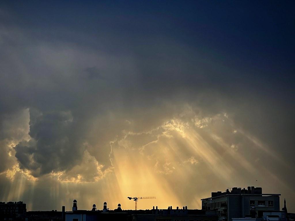 Ciel orageux et contrasté au dessus de Paris